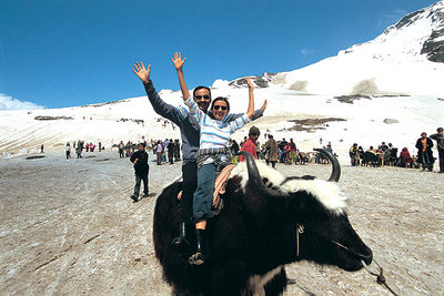 Couple Enjoying at Rohtang Pass